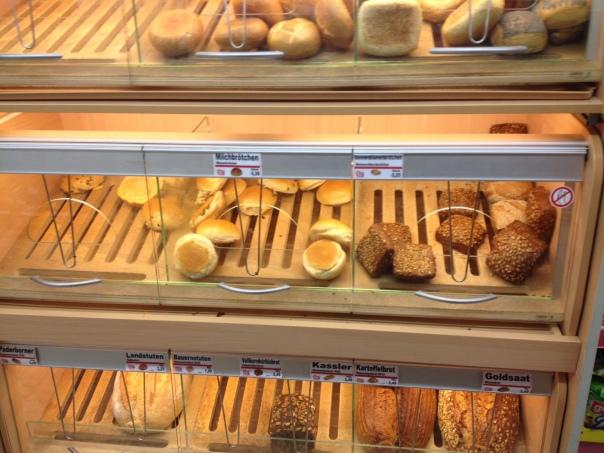 スーパーのパンの棚
