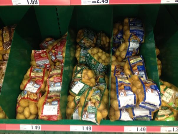 スーパーに並ぶジャガイモ