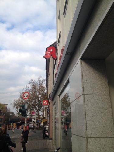 赤い『A』が薬局の目印