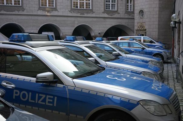 police-cars-271216_1920