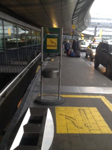 ドイツの空港の喫煙所