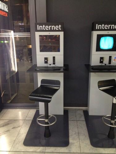 空港のインターネットスタンド