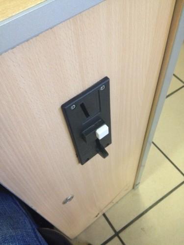 インターネットカフェのコイン投入口